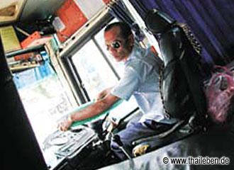 Bangkoker Busfahrer bei der Arbeit.