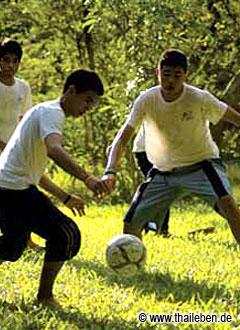Fußball: Mehr mit- als gegeneinander spielen.
