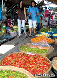 Der Markt auf den Schienen in Samut Songkhram.