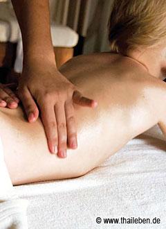 Sanfte Hände und viel Nähe: Bei der Thai-Massage können sich auch Kinder ganz wunderbar entspannen.