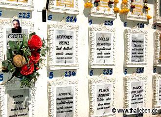 """Exotische Namen in Bangkok: Die """"Deutsche Wand"""" im Wat Sunthorn Thammathan."""