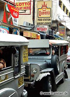 Die typischen Jeepney-Busse beherrschen das Stadtbild Manilas.