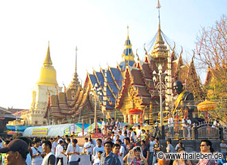 Das alljährliche Tattoo-Festival im Wat Bang Phra.