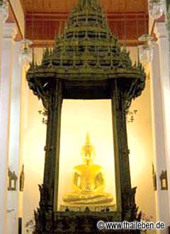 Der Buddha im Sala Karn Parien blickt direkt auf den Wat Arun.